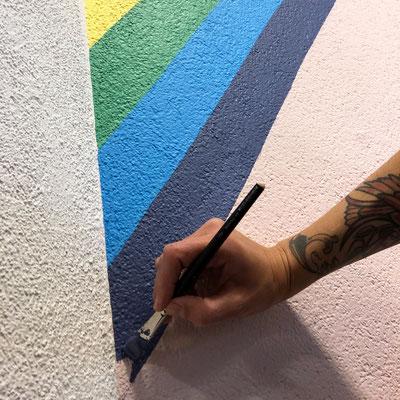 Malen des Regenbogens der Wandmalerei