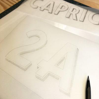 Handgezeichnete Hausnummer, passend zur Schriftenmalerei des Hausnamens.