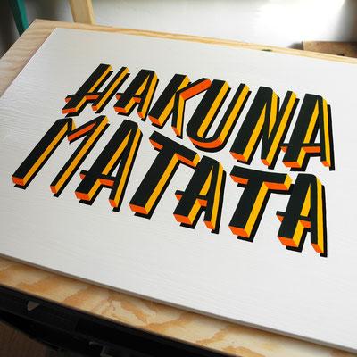 Handgemaltes Holzschild inklusive handgezeichnetem Design 'Hakuna Matata'.