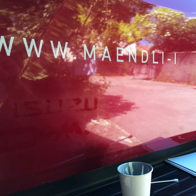 Handgemalte Fahrzeugbeschriftung für Mändli Holzbau GmbH in Arbeit