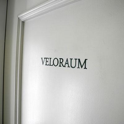 Handgemalte Signaletik auf Türen von Mehrfamilienhaus - Veloraum