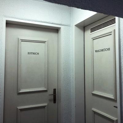 Handgemalte Signaletik auf Türen von Mehrfamilienhaus - Estrich und Waschküche