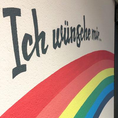 Handgemalte Wandmalerei in Spiel- und Kleiderwarengeschäft für Kinder