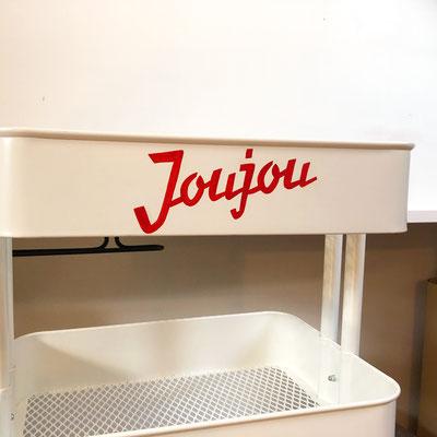 Joujou, handgemalte Schriftenmalerei mit Pinsel und Farbe auf Servierwagen