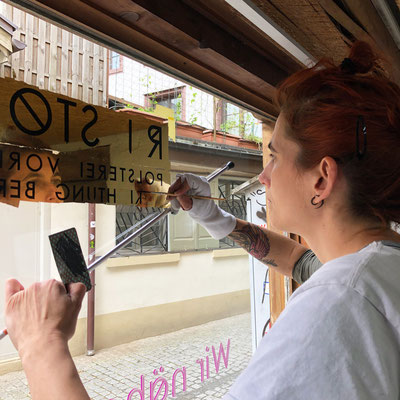 Hinterglas Schaufenstervergoldung mit 22.5 Karat Blattgold - RO Stoffe Winterthur