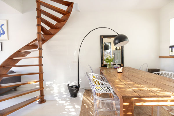 Home Staging mit Tisch, Lampe und Treppe