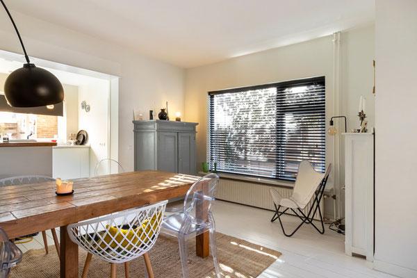 Home Staging mit Holztisch und Sessel