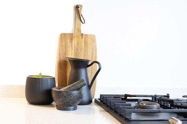Kochplatte mit Holzbrett Dekoration