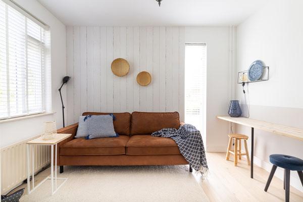 Elegant eingerichtetes Wohnzimmer mit brauner Couch