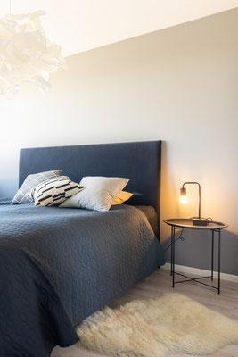 Home Staging Bett und Nachtschrank