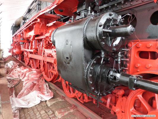 Das lackierte Triebwerk und der bereits in Schwarz abgesetzte rechte Dampfzylinder