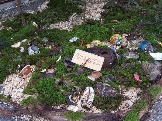 Am Eingang wird gezeigt, was nicht in den Wald gehört, dort aber von uns gefunden wurde!