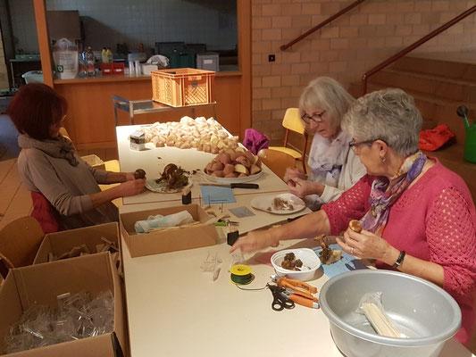 Drei Stunden vor Beginn der Ausstellung am Samstagmorgen werden die Pilze auf Kartoffeln gesteckt ....