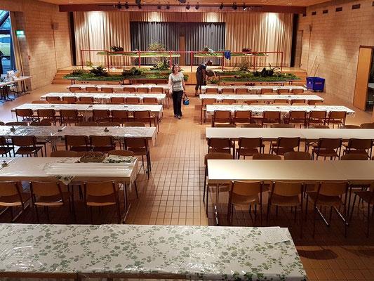 Am Donnerstagabend sind die Tische bereit. Es fehlen nur noch die Pilze!