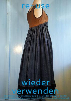 re-use = wieder verwenden: antikes Hanfkleid, indigo-gefärbt, durch Anpassen wieder tragbar gemacht