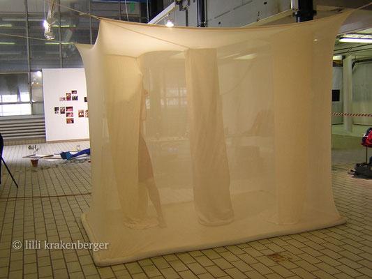 """Diplomausstellung ZHdK Zürich 2006, begehbare Installation """"Haut & Hülle"""""""
