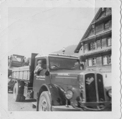 SAURER V8 mit Chauffeur Leo Kälin-Zehnder ging mit 43 Dienstjahren in Pension
