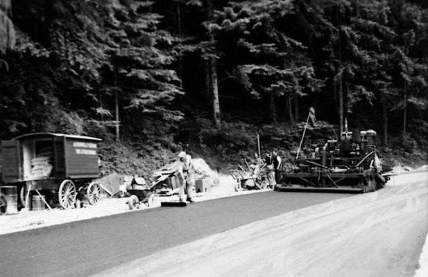 Belagseinbau mit dem ersten Fertiger Barber Green: Axenstrasse beim Wolfsprung, ca. 1956