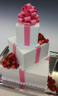 ウェディングケーキ、四角三段、ピンクリボン。イミテーションになります。