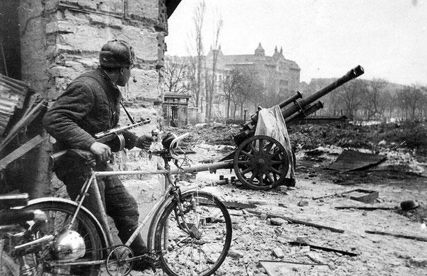 La ciudad fue saqueada totalmente por los soldados rusos  soviéticos desertores y por criminales húngaros. Miles de mujeres fueron víctimas de violaciones. WWII Pictures