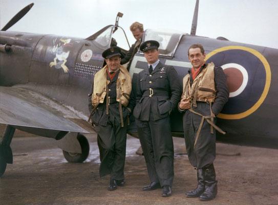 Los pilotos del Escuadrón 303 posando junto a un avión de combate Supermarine Spitfire MK Vb de la RAF, 1943.