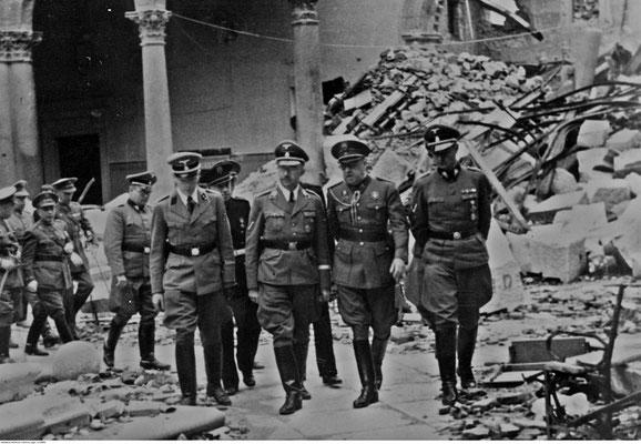 Heinrich Himmler y el General José Moscardó Ituarte visitando las ruinas del Alcázar de Toledo. Junto a ellos también está Karl Wolff.