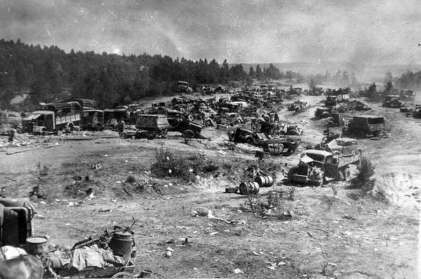 Vehículos abandonados del 9º Ejército nazi alemán en una carretera cerca de Bobruisk