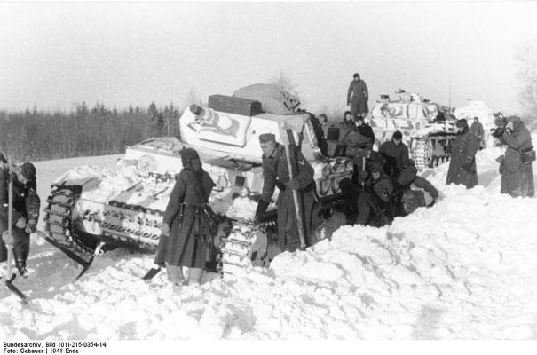 Tanque nazi alemán Panzer IV con pintura blanca de camuflaje atascado en la nieve, dic1941, Bundesarchiv, Bild 101I-215-0354-14/Gebauer/CC-BY-SA 3.0.