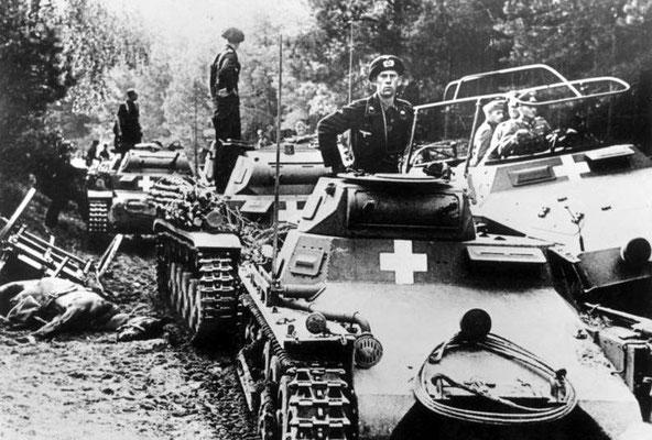 Panzerkampfwagen I, tanques ligeros Panzerkampfwagen II y un Sd.Kfz. 251 en Polonia, septiembre 1939.