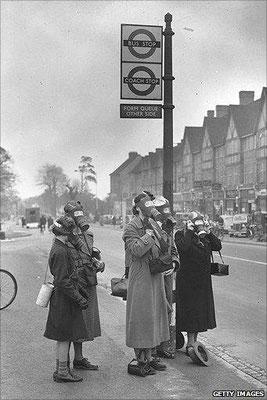 High Street en la ciudad inglesa de Esher, cerca de Londres, siendo rociada con el gas lacrimógeno por el Gobierno Británico para probar la preparación británica para ataques con gas venenoso.