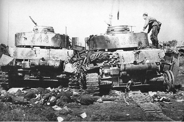 Dos tanques Panzer IV destruidos pertenecientes a la 20 División Panzer, en junio de  1944