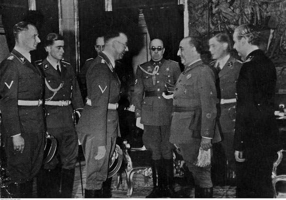 Heinrich Himmler junto a Francisco Franco y Ramón Serrano Suñer, ministro de Asuntos Exteriores, en la recepción del Palacio de El Pardo (Madrid).