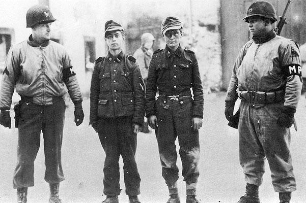 La actitud de las tropas estadounidenses cambió hacia los prisioneros de las Waffen SS después de la Masacre de Malmedy y de los civiles asesinados. WWII Pictures