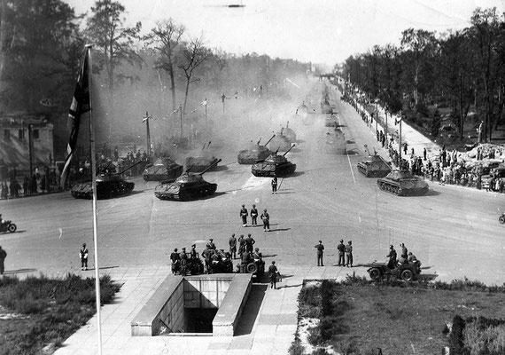 El 7 de septiembre de 1945, tiene lugar en Berlín el desfile de la victoria de los Aliados, participaron la Unión Soviética, los Estados Unidos, el Reino Unido y Francia. WWII Pictures