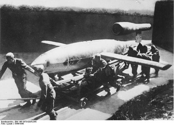 Misil V1 antes del despegue. Bundesarchiv, Bild 146-1973-029A-24A / Lysiak