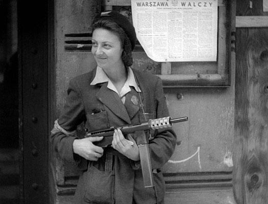 Una mujer de la resistencia polaca durante el Alzamiento de Varsovia, 1944. La mujer lleva un subfusil Błyskawica producido por la AK (Armia Krajowa) y basado en la subfusil británico Sten. WWII Pictures