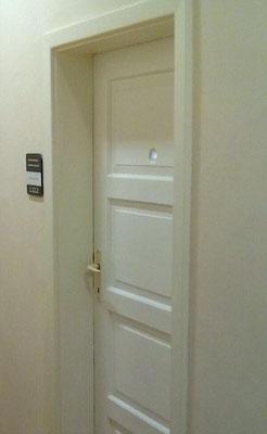 Dentro del Bloque 24, donde se pueden ver las puertas originales con mirillas. Actualmente se usan para oficinas del personal del Museo Memorial Auschwitz-Birkenau. Daily Mail