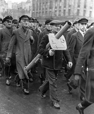 Desfile del Volkssturm (milicia nacional creada en los últimos días de la Alemania nazi), hombres reclutados entre 16 y 60 años. Un hombre lleva un lanzacohetes anti-tanque Panzerschreck. En la Alemania nazi en noviembre de 1944. WWII Pictures