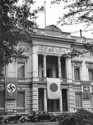 Banderas de la Alemania nazi, del Imperio del Japón y de la Italia de Benito Mussolini en la fachada de la Embajada del Imperio del Japón en Berlín, sep1940, Bundesarchiv, Bild 183-L09218.