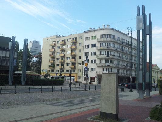 Ahora es el número 22 de la misma calle. Hay unas columnas, dos a cada lado de la calle, que por la noche se iluminan, marcando con luz por donde pasaba el puente que unía las dos partes del gueto de Varsovia.