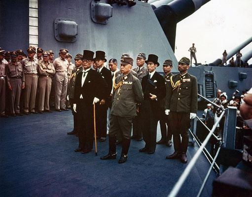 Representantes del Imperio de Japón minutos antes de la firma.
