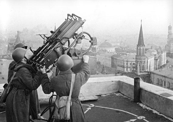 """Artilleros antiaéreos ruso soviéticos en el tejado del hotel """"Moskva"""" de Moscú, RIA Novosti archive, image #887721/Knorring"""