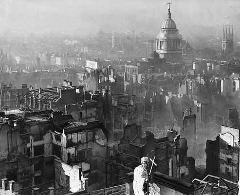 Vista de Old Baliey desde el techo de la Catedral de San Pablo tras el bombardeo, H.Mason.