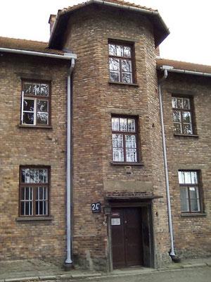 """Bloque 24 en Auschwitz, donde el burdel conocido como """"Puff"""" se encontraba en el primer piso. Daily Mail"""