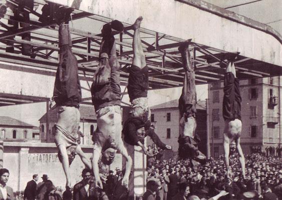 De izquierda a derecha los cuerpos de Nicola Bombacci, Benito Mussolini, Clara Petacci, Alessandro Pavolini y Achille Starace exhibidos en la Plaza de Loreto el 29 de abril de 1945.