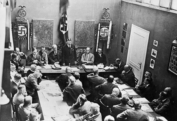 Adolf Hitler en una reunión del partido a mediados de la década de los 20. A su izquierda están Gregor Strasser, Heinrich Himmler y Alfred Rosenberg.