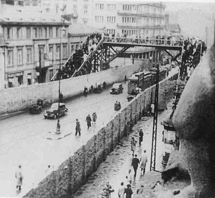Paso del gueto pequeño al gueto grande en Varsovia durante la II Guerra Mundial cuando era la calle Chłodna número 24/26.