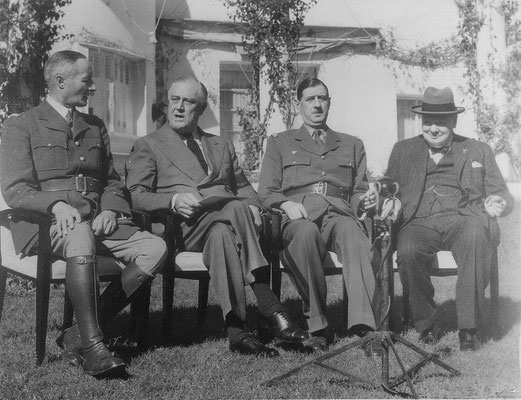 (desde la izqda.) Henri Giraud, Franklin D. Roosevelt, Charles de Gaulle y Winston Churchill en el último día de la conferencia, 24ene1943, U.S. National Archives and Records Administration.