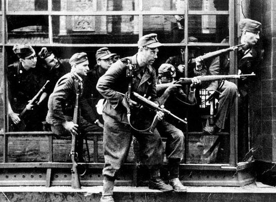 Miembros de la SS-Sturmbrigade Dirlewanger en el centro de Varsovia, agosto de 1944. La Brigada Dirlewanger estaba formada por delincuentes, condenados por delitos graves como asesinato, violación, incendio o robo. Bundesarchiv, Bild 183-97906