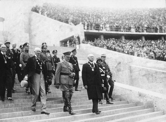 En primer termino de izqda a drcha: Henri de Baillet-Latour (presidente del COI), Adolf Hitler y  Theodor Lewald (Presidente del Comité Organizador), Bundesarchiv, Bild 183-G00372